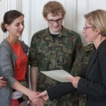 Uczniowie i pedagodzy ze szkoły w Zawoi Wilcznej odbierają nagrodę