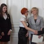 Reprezentacja szkoły w Kętach odbiera nagrodę z rąk Prezes OSOD