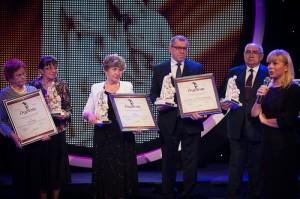 """Nagrodzeni w kategorii """"nagroda specjalna za wybitne osiągnięcia w służbie chorym"""". (Fot. Marta Ankiersztejn, źródło: http://www.prawapacjenta.eu/)"""