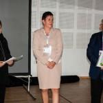 Małgorzata Merczyńska (po lewej) wręcza swoje prace w ramach podziękowania Pani Sylwii Rodak oraz Prof. Bolesławowi Rutkowskiemu